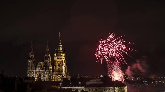 Novoroční ohňostroj nad centrem Prahy 1. ledna.