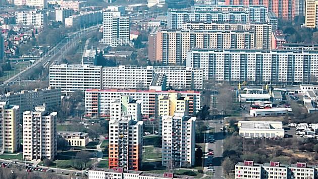 Ať už z výšky nebo ze země, někteří vlastníci bytových domů na pražském Spořilově stále váhají, zda přistoupit na nové smluvní podmínky o pronájmu pozemků.