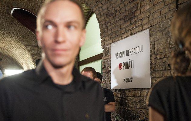 Zástupci Pirátů sledují výsledky sněmovních voleb, Ivan Bartoš. 21.10.2017