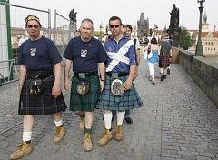 Skotští fanoušci přijeli do Prahy podpořit svůj národní tým, ten nakonec díky omluvenkám čítá 18 hráčů.