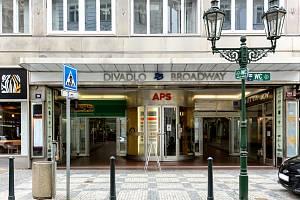 Stát chystá dražbu Paláce Broadway v Praze (na snímku z května 2021) nejméně za miliardu korun.