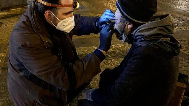 Od prosince do března se noc co noc vydáváme do centra i na periferie Prahy, abychom lidem bez domova zprostředkovali pomoc.
