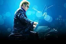 Anglický popový zpěvák, skladatel a klavírista Elton John.