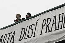 Čajem a bábovkou proti smogu. Občanské sdružení Asistence, které pomáhá postiženým, uspořádalo v úterý na lávce nad magistrálou u Kongresového centra happening s názvem Smogový dýchánek.