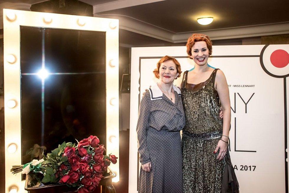 Ukázka kostýmů k chystanému představení Funny Girl v pražském Divadle Dva. Na snímku Lenka Termerová a Monika Absolonová.