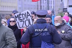 Ve středu 28. října 2020 se na náměstí Republiky v centru Prahy konala demonstrace proti vládním opatřením kvůli infekční nemoci covid-19.