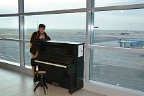 """Ve čtvrtek odpoledne bylo na Letišti Václava Havla Praha umístěno piano pro veřejnost v rámci akce """"Piana na ulici"""""""