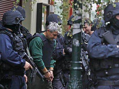 Podnikatel Bohumír Ďuričko odchází z místa činu při policejní rekonstrukci. Za vraždu mu hrozí až patnáct let vězení.