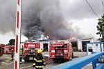 Z požáru haly v pražské Uhříněvsi 25. července 2021.