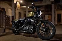 Motocykl Harley-Davidson modelového roku 2016 řady Dark Custom - Iron 883.