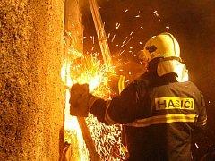 V AKCI: Dobřichovičtí dobrovolní hasiči se na pomoc profesionálů nespoléhají.