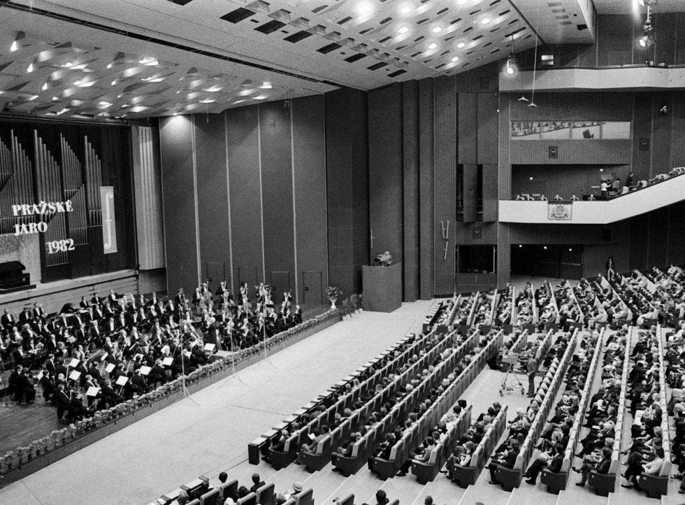 Slavnostní zahajovací koncert 37.ročníku mezinárodního hudebního festivalu Pražské jaro 1982 se konal 12.května ve sjezdovém sále Paláce kultury v Praze. Zazněl cyklus symfonických básní Bedřicha Smetany Má vlast, dirigoval Václav Neumann.