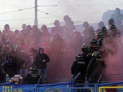 UDEŘÍ? Ač se oba kluby snaží před derby apelovat na fanoušky, stále je tu nebezpečí střetů v hledišti./Ilustrační foto