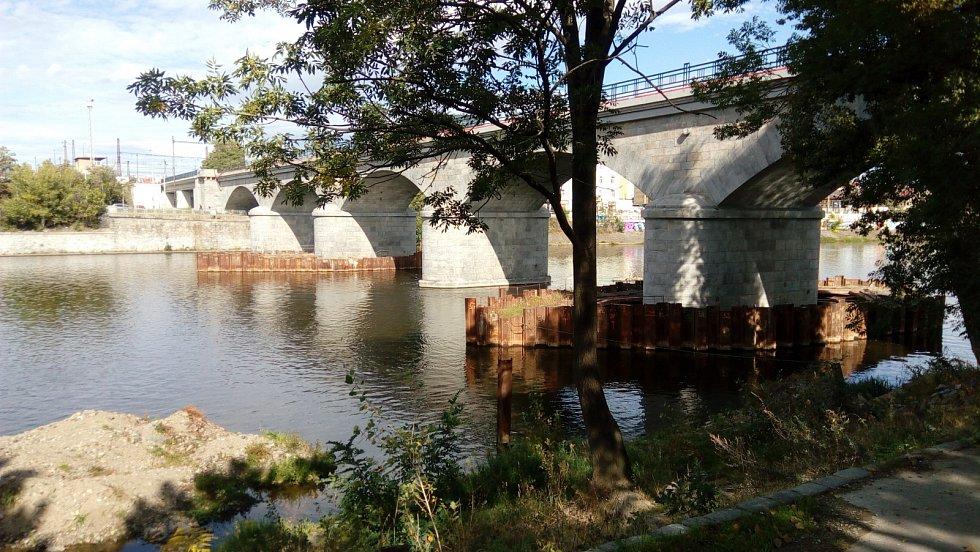 Procházka po Negrelliho viaduktu. Pohled od kurtů na Štvanici.