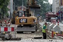 V Praze o prázdninách probíhají velké opravy tramvajových a silničních tratí. Na snímku rekonstrukce tramvajové trati na Karlově náměstí.