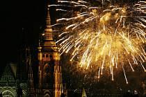 TENHLE BÁŇSKÝ ÚŘAD POVOLIL. Velké ohňostroje (na snímku je novoroční) se v Praze konají maximálně desetkrát do roka. Problémy přinášejí menší akce, které nikdo povolovat nemusí.