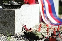 Figurky vojáků a tanků z dětských stavebnic na kontroverzním pomníku na Olšanech.