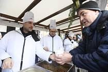 Zdeněk Hřib a Jakub Michálek nalévali na Staroměstském náměstí rybí polévku.