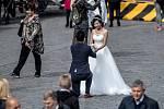 Asiaté při svatebních fotkách 20. září na Staroměstském náměstí v Praze.