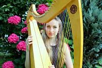 Harfistka Klára Drhová.