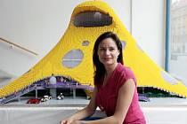 """Ztvárnění modelu """"chobotnice"""" - projektu Národní knihovny od architekta Jana Kaplického - pomocí LEGO kostek. Na snímku Eliška Kaplicky."""