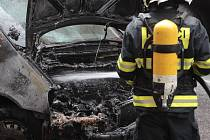 Požár osobního vozu. Mezi bytovými domy v Italské ulici na Vinohradech shořelo osobní auto.