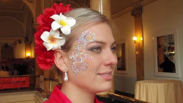 Nejen pestré květinové doplňky zdobí indonéské tanečnice. Zvláště na tvářích hezkých českých dívek, které dalekou zámořskou kulturu v Národním domě prezentovaly.