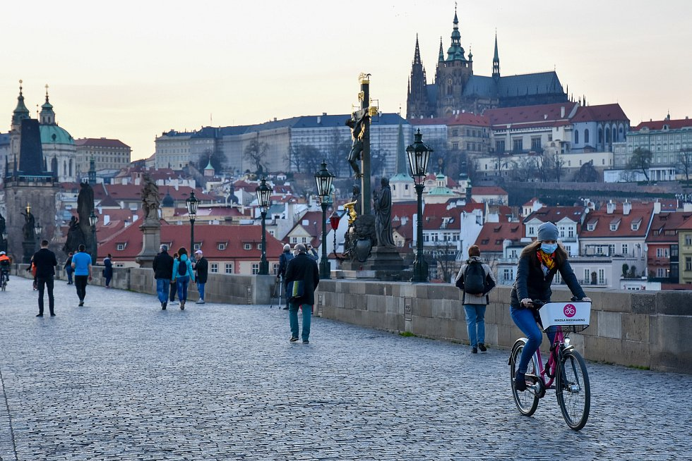 Prázdné ulice Prahy a lidé s rouškami 18. března 2020. Karlův most a pohled na Hradčany.