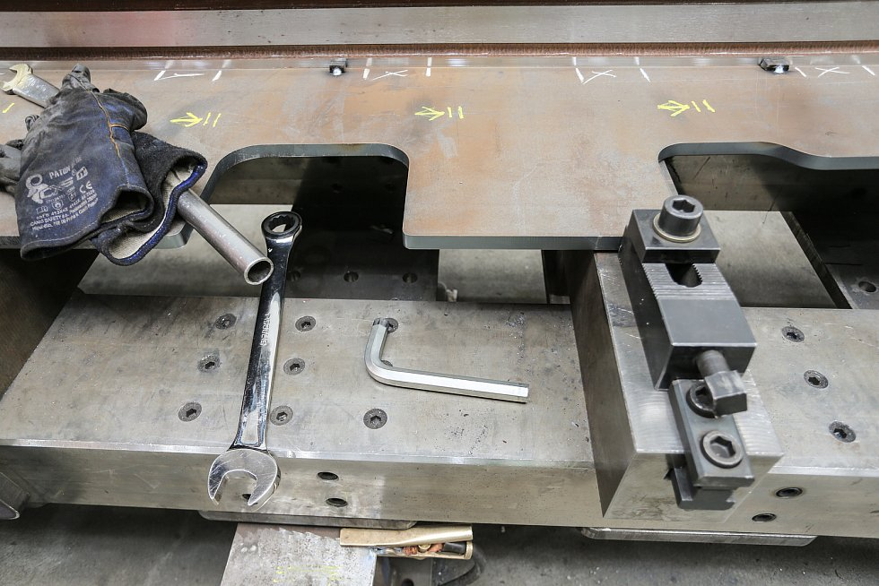 Upevňování podkladového plechu výměny na montážní přípravek. Jednotlivé části výměny jsou správně usazeny a přeměřena jejich poloha před svařováním výměny.