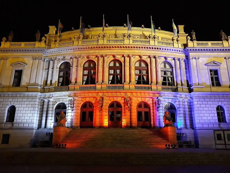 Budova Rudolfina v Praze v barvě trikolóry 17. 11. 2020.