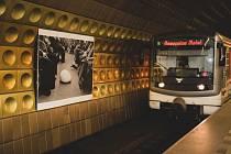 Ve čtyřech stanicích metra začala výstava Umění za čarou.