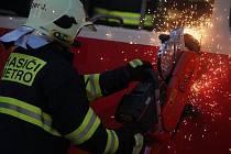 Cvičení záchranných složek simulující srážku tramvaje a autobusu v dopravním depu na konečné stanici tramvaje číslo 7 v ulici U vozovny.