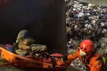 Hasiči zachránili bezdomovce z šachty v Malešické spalovně.