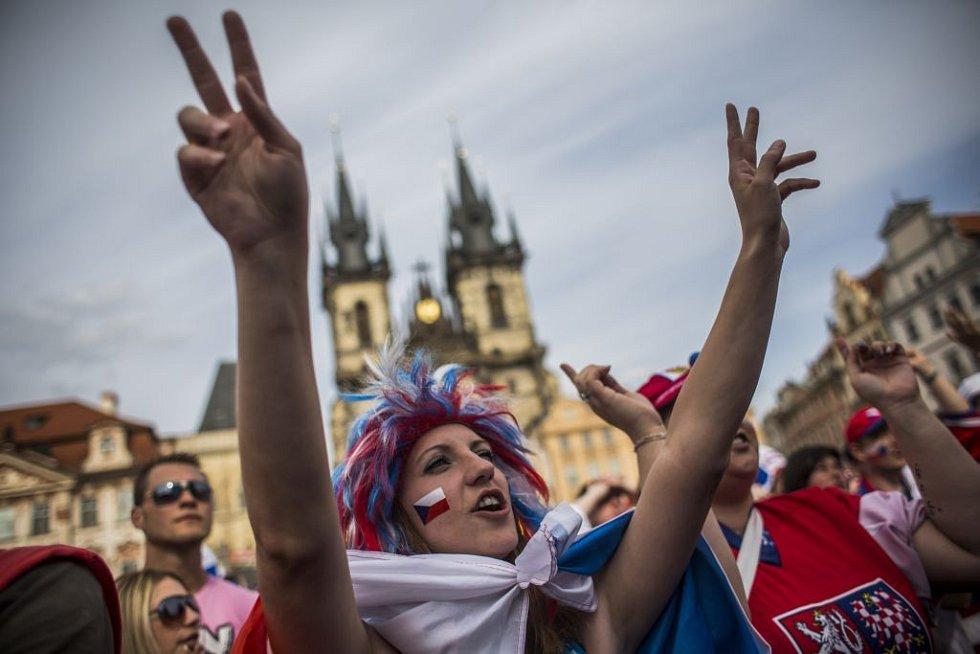Stovky lidí přišly podpořit české hokejisty v semifinále mistrovství světa 16. května na pražské Staroměstské náměstí