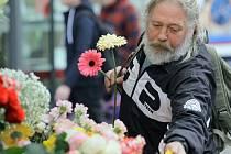 Muži nezapomínají a ženám kMDŽ stále kupují květiny.