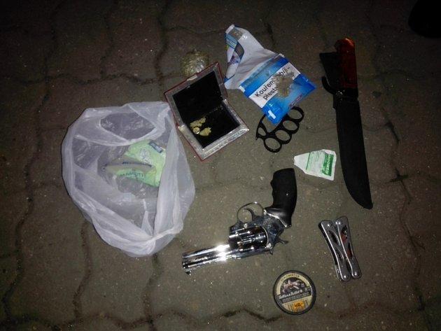 Strážníci našli umuže nože, boxera irevolver.