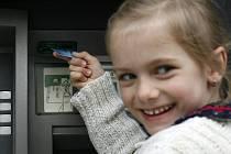 Rozdíl mezi kreditní a debetní kartou? I to se nově učí děti