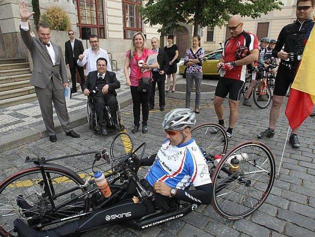 Heřman Volf na svém speciálně upraveném kole vyráží na další cestu za snem.