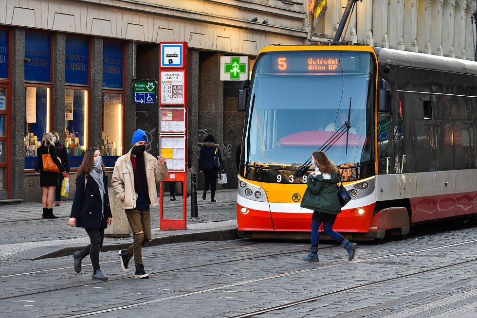 Prázdné ulice Prahy a lidé s rouškami 18. března 2020. Václavské náměstí, Vodičkova ulice.