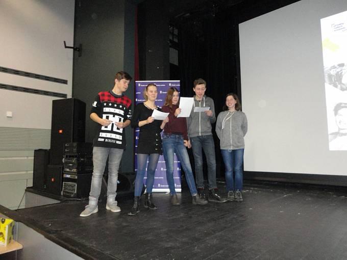 Žáci ze ZŠ Donovalská při závěrečné prezentaci. Zleva: Ondřej Nejedlý, Ondřej Nejedlý, Anežka Dobšovičová, David Staněk, Saša Ňachajová