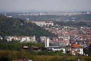 Svah Petřína, Hradčany a Malá Strana. V popředí je radiokomunikační a měřicí středisko ministerstva vnitra na Pavím vrchu na Smíchově a výdech tunelu Mrázovka. Na horizontu trojská stráň a sídliště Bohnice.