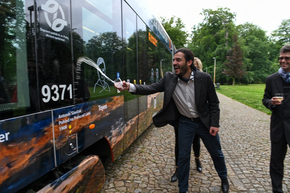 Náměstek primátora Adam Scheinherr křtí tramvaj s názvem Kultura jede.