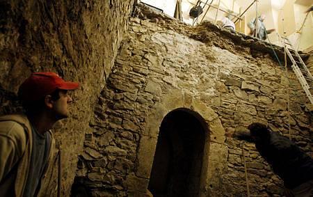 Podzemní prostory byly zasypané již ve 13. století, dříve, než byl postaven Týnský chrám. Odkryté jsou tedy po 800 letech.