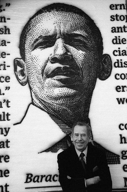 DÁREK PRO OBAMU. Václav Havel před portrétem amerického prezidenta Obamy, který vytvořil Španěl José María Cano.