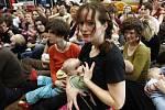 Hromadné kojení jako protest proti cenzuře na Facebooku.