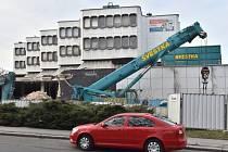 V pražských Dejvicích začala 9. března demolice budovy automatické telefonní ústředny, která ustoupí výstavbě kancelářského komplexu.