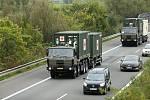 Vojenský konvoj s materiálem pro polní nemocnici v Letňanech u Sán na Nymbursku na dálnici D11.