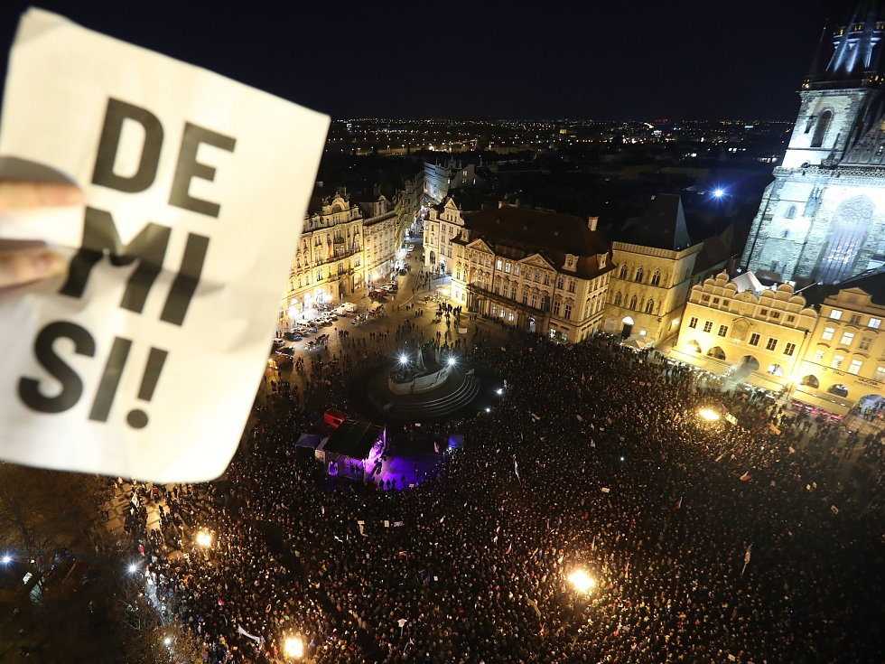 Demonstranti zaplnili pražské Staroměstské náměstí a žádají demisi vlády Andreje Babiše (ANO).