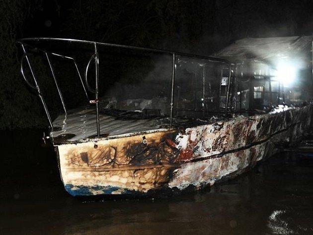 Pražští policisté a hasiči se snaží se objasnit, za jakých okolností zemřel člověk na menší lodi zakotvené na slepém rameni Vltavy nedaleko Libeňského mostu, jehož ohořelé tělo na spáleném plavidle našli hasiči dvě a půl hodiny po půlnoci.