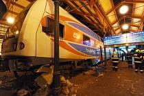 Havarovaný vlak na Masarykově náměstí v Praze.